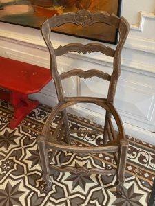 chaise-en-chêne-teinté-vernis
