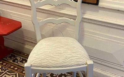 Chaise en chêne teinté vernis
